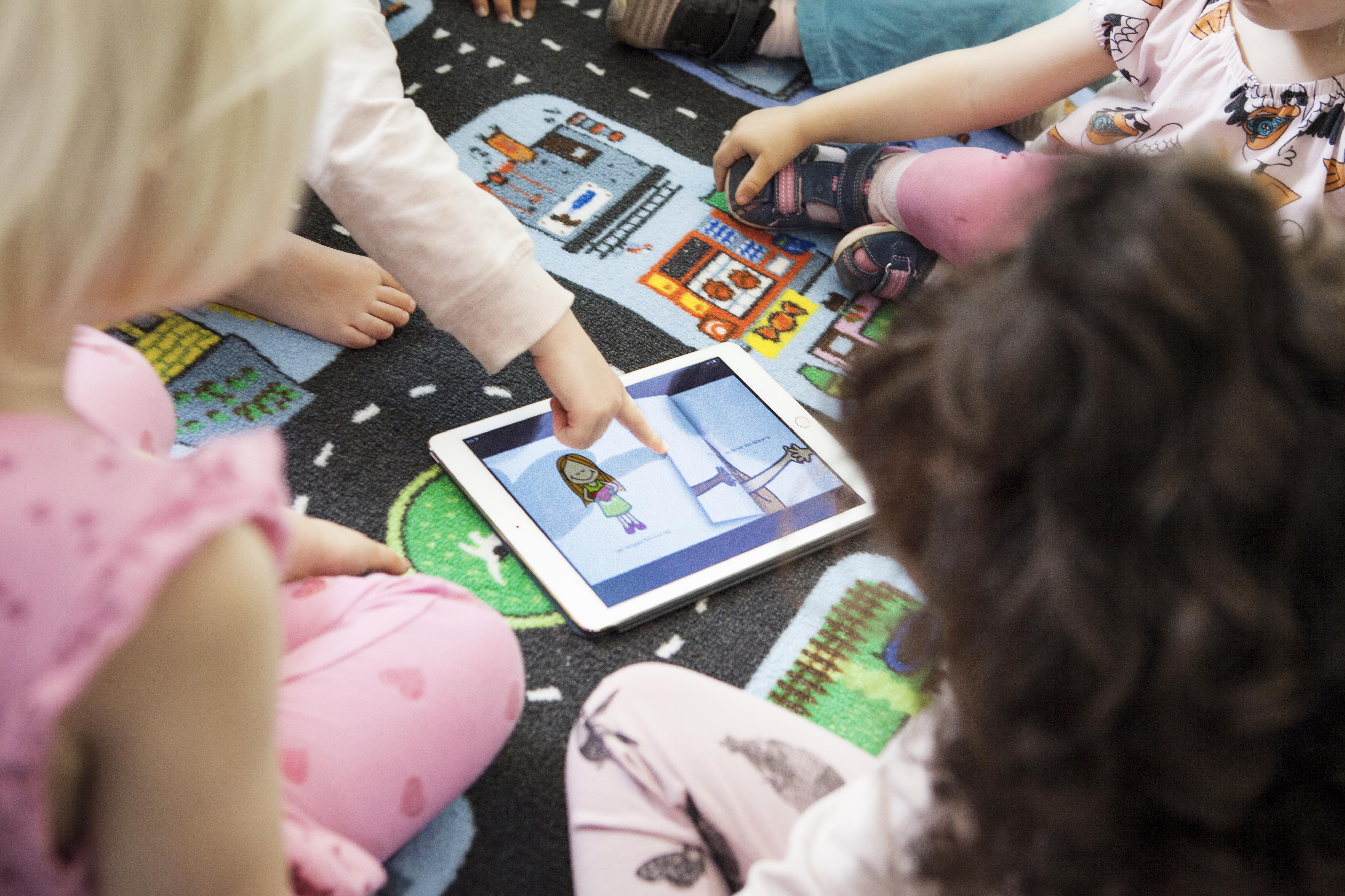 Kinder spielen mit Tablets